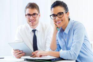 gente-negocios-trabajando-oficina-tableta-digital_1301-6592
